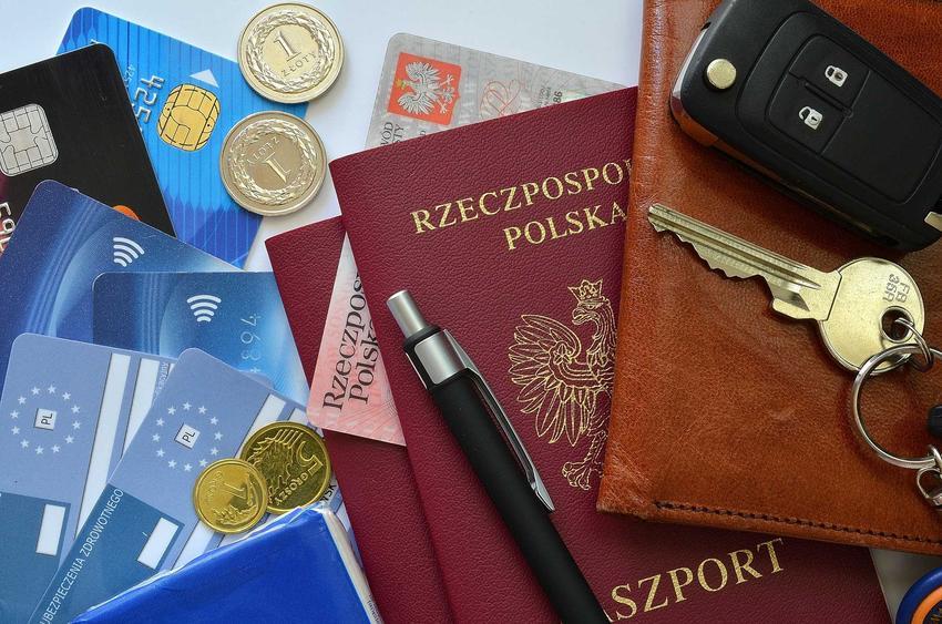 Paszport Rzeczpospolitej Polski z innymi dokumentami na wyjazd, a także informacje, ile trwa wyrobienie paszportu