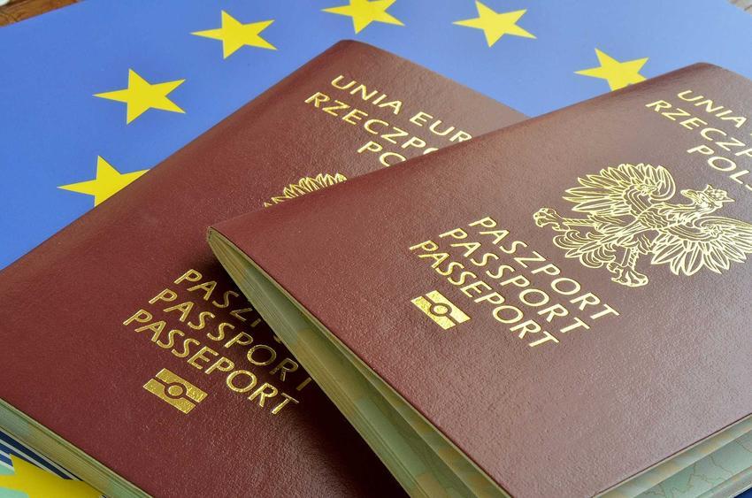 Paszporty Rzeczpospolitej Polski na fladze Unii Europejskiej, a także informacje, ile trwa wyrobienie paszportu krok po kroku