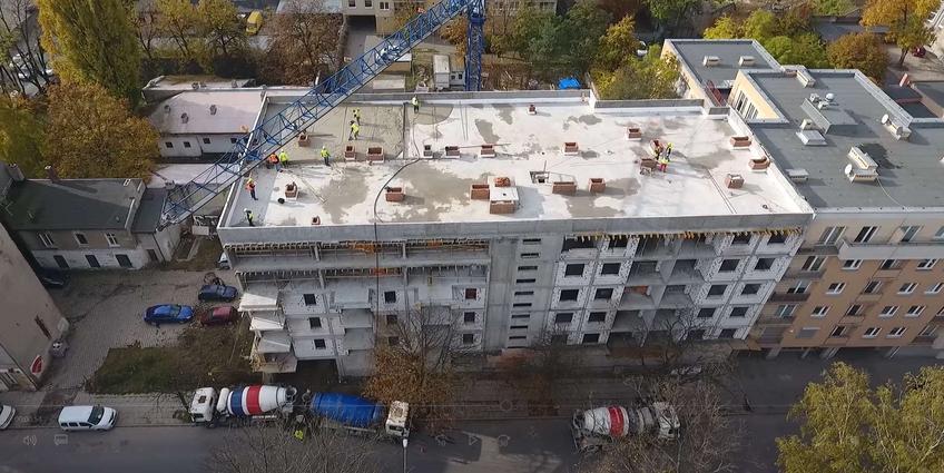 Skuteczna izolacja termiczna stropodachów i dachów płaskich – poznaj ofertę pianobetonu od CEMEX Polska