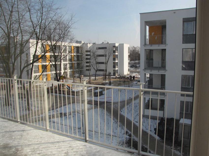 Zamknięte nowoczesne osiedle niewysokich bloków, a także informacje, dlaczego warto mieszkać na nowoczesnym osiedlu