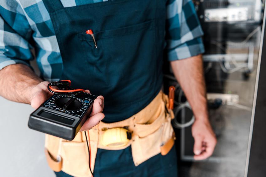 Mierniki elektryczne – jak wybrać odpowiedni model?