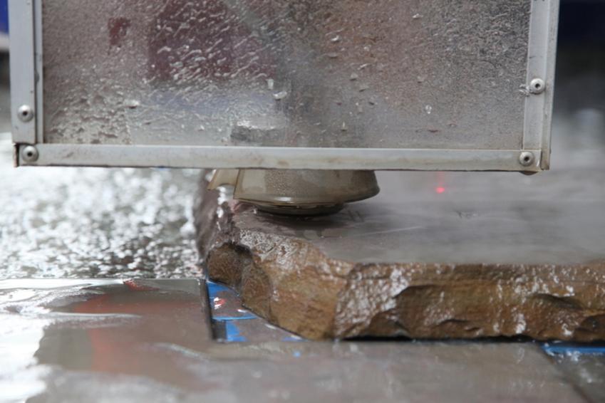 Cięcie strumieniem wody - jak przebiega cały proces i w jakich branżach sprawdzi się szczególnie dobrze?