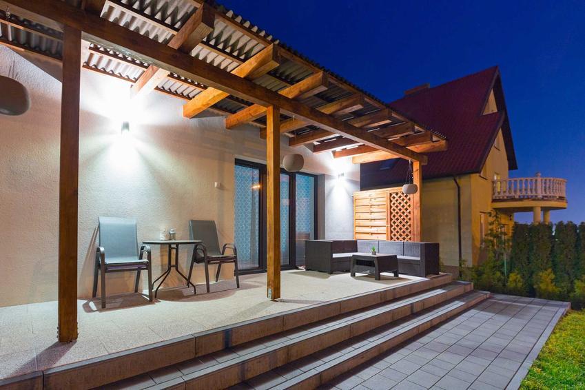 Oświetlenie tarasu na zewnątrz domu kinkietem, a także TOP 10 rodzajów oświetlenia zewnętrznego