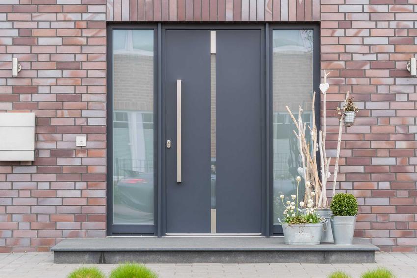 Klinkier elewacyjny zamontowany dookoła drzwi wejściowych, a także rodzaje klinkieru, ceny oraz sposób montażu