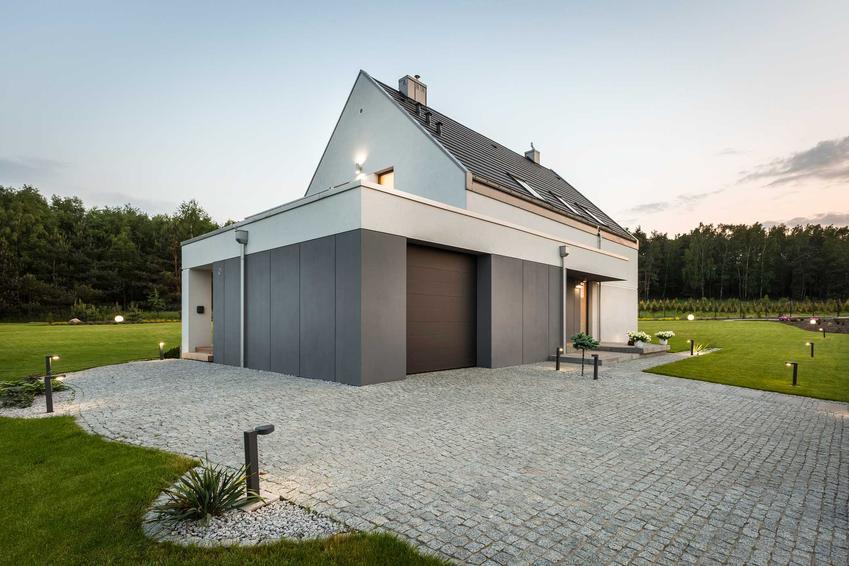 Szara elewacja na garażu w nowoczesnym domu, a także TOP 10 projektów na szarą elewację
