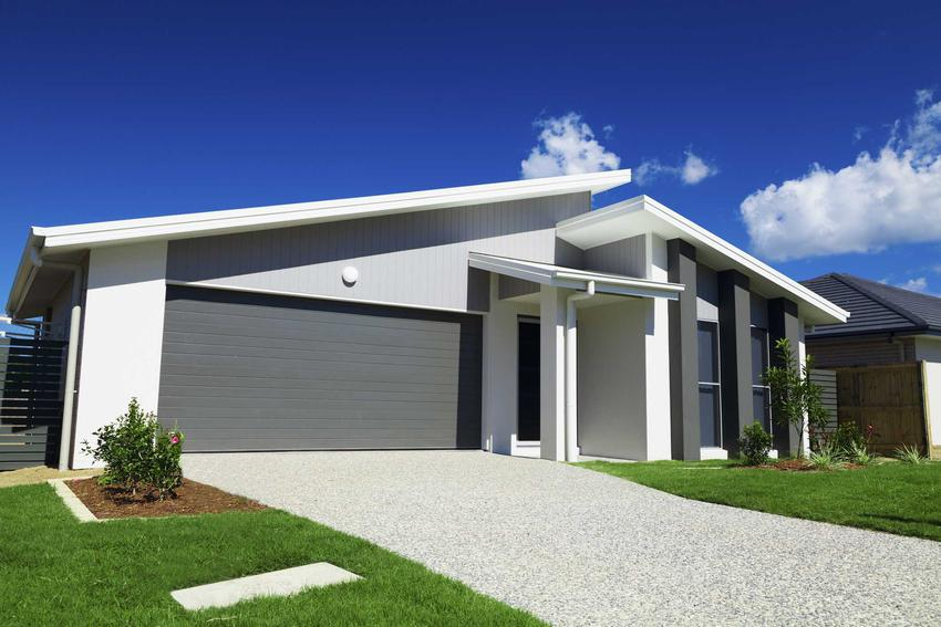 Elewacja w kolorze szarym na nowoczesnym domu, a także TOP 10 projektów na szarą elewację