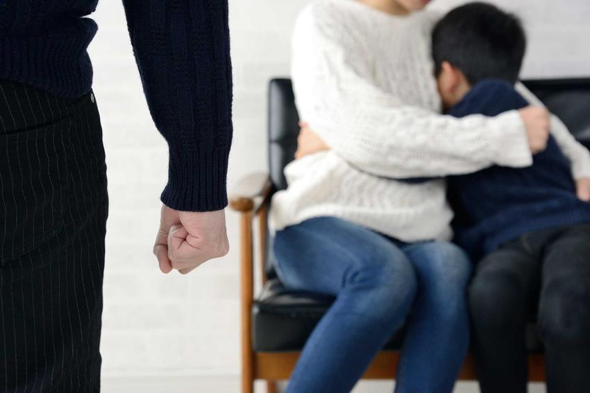 Rodzina doświadczająca przemocy, a także informacje, czym jest niebieska karta, czyli okoliczności, opis, najważniejsze informacje