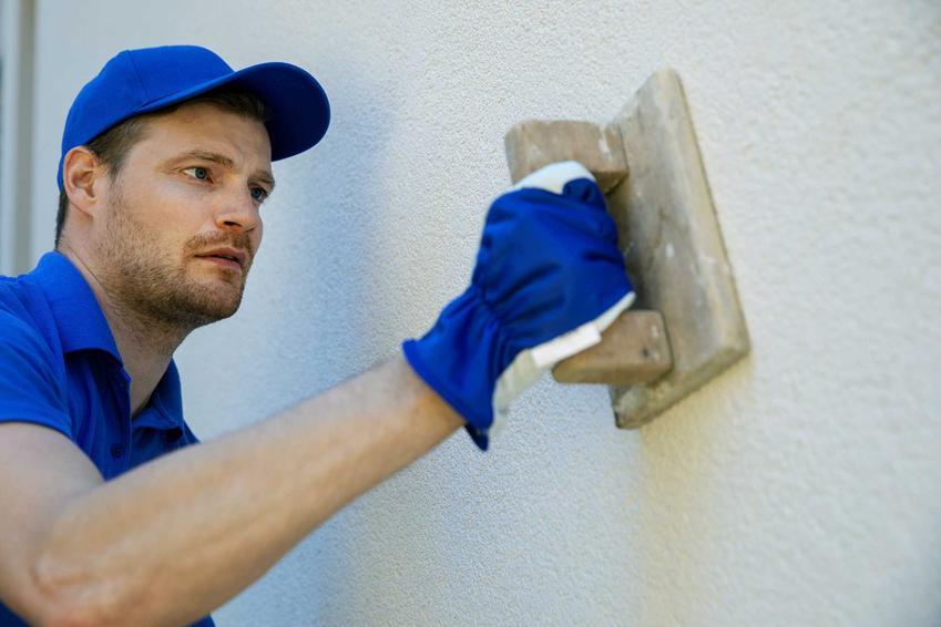 Mężczyzna nakłdający tynk silikonowy na ścianę, a także opis produktu, zastosowanie, producenci