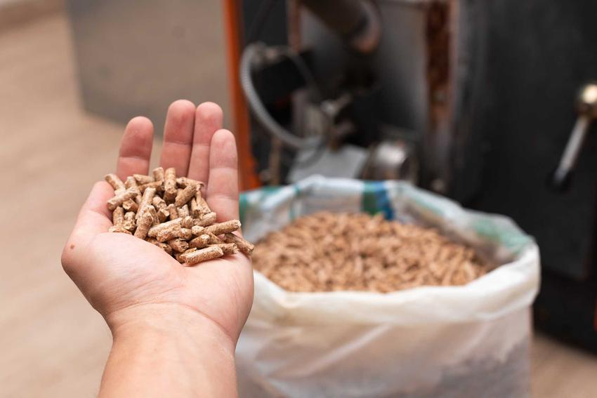 Pellet na ręku i w worku, a także produkcja pelletu krok po kroku, czyli sposoby na pozyskiwanie, najważniejsze informacje, cena i koszt ogrzewania pelletem