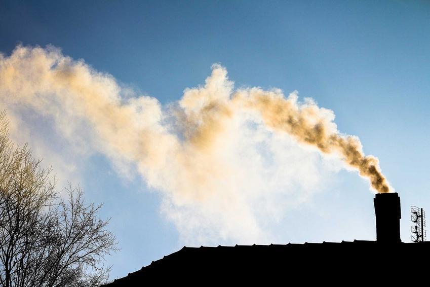 Dymiący komin z pieca opalanego drewnem i węglem, a także najbardziej i najmniej ekologiczne sposoby ogrzewania domu jednorodzinnego
