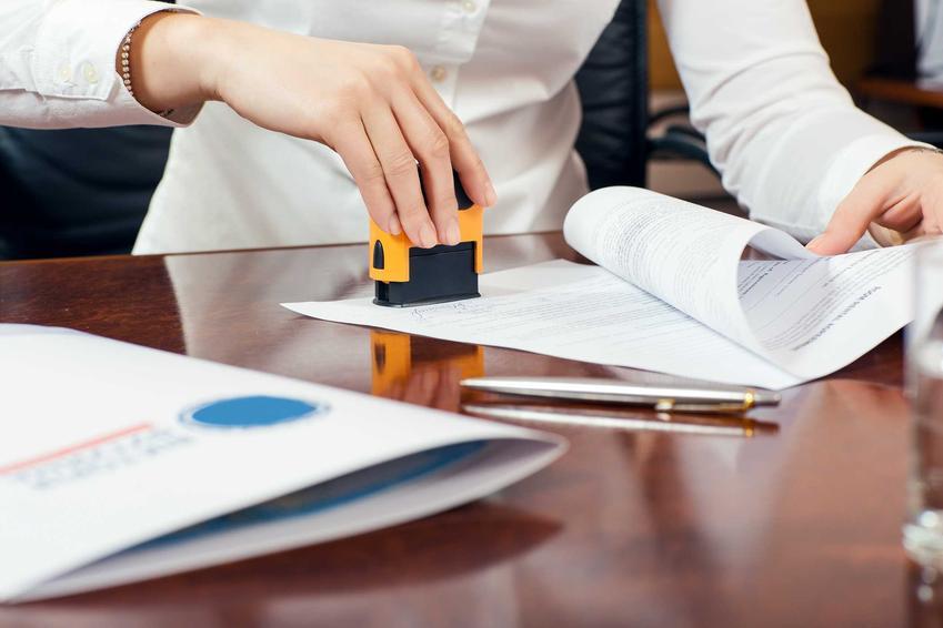 Podpisywanie i podbijanie świadectwa pracy, a także wzór dokumentu według przepisów oraz najważniejsze informacje