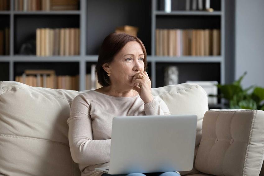 Wdowa wypełniająca dokumenty związane z rentą po mężu, a także przepisy i warunki otrzymania renty po śmierci męża