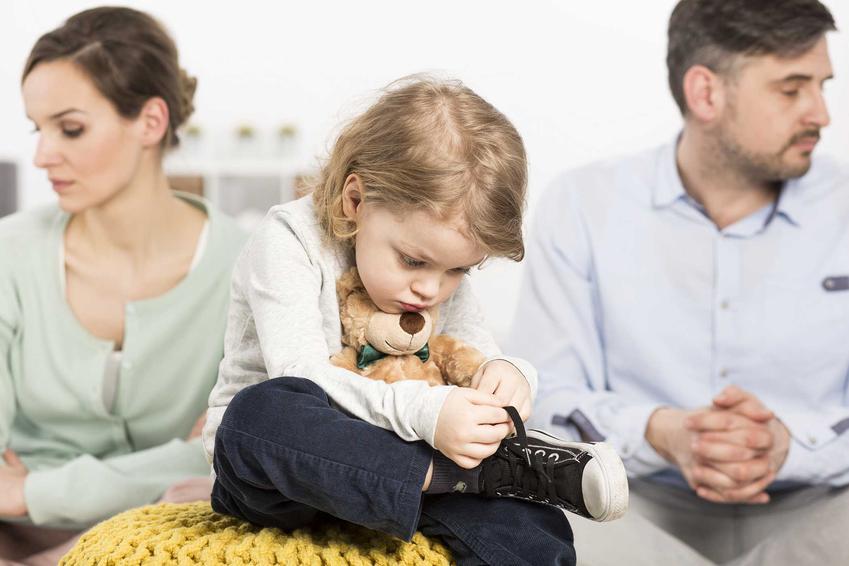 Dziecko smucące się z powodu rozwodu rodziców, a także rozwód a dzieci z punktu widzenia prawa, podział opieki i zasady