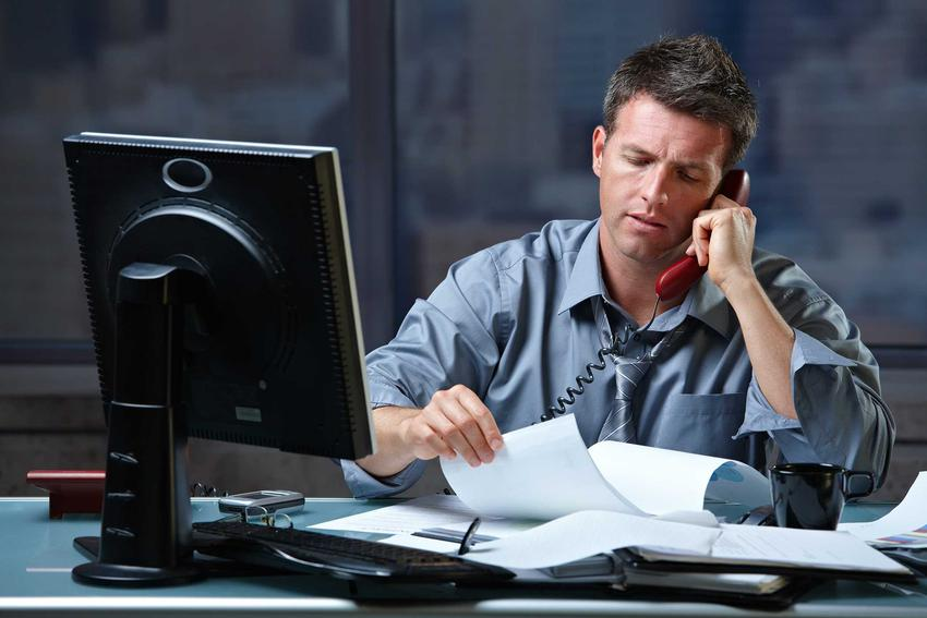 Wykonywanie nadgodzin w biurze, a także przepisy Kodeksu Pracy dotyczące nadgodzin, najważniejsze informacje oraz wyliczenia
