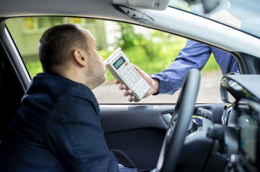 Kontrola poziomu alkoholu w wydychanym powietrzu, a także zatrzymanie prawa jazdy, najważniejsze przepisy i przyczyny