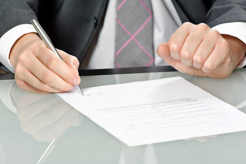 Mężczyzna podpisujący rozwiązanie umowy o pracę bez wypowiedzenia, a także zasada działania, sposoby rozwiązania umowy o pracę