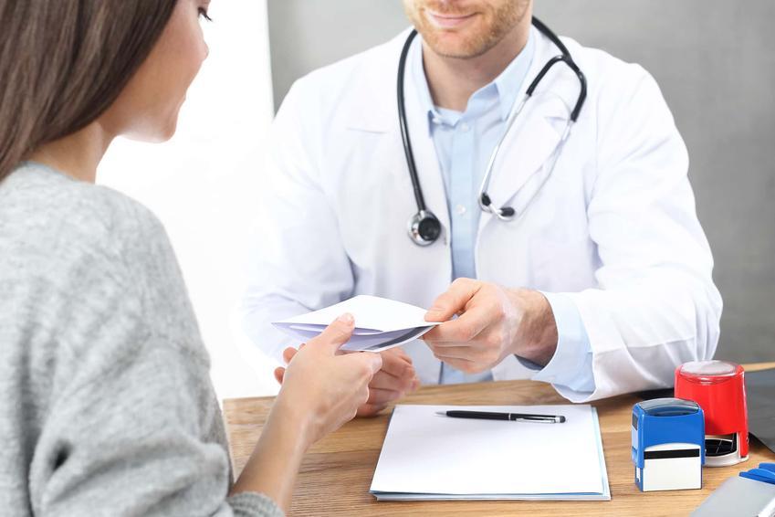 """Kobieta u lekarza odbierająca receptę, a także cena tabletki """"dzień po"""" oraz co warto wiedzieć na jej temat"""