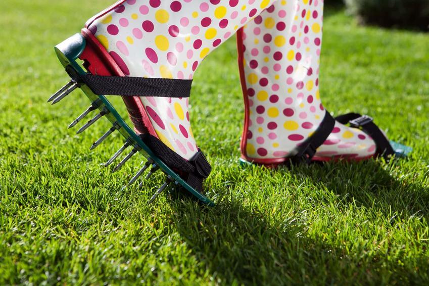 Kolorowe gumowce z doczepionymi nakładkami posiadającymi długie kolce, kolce do napowietrzania trawnika, prosty sposób na aerację trawnika