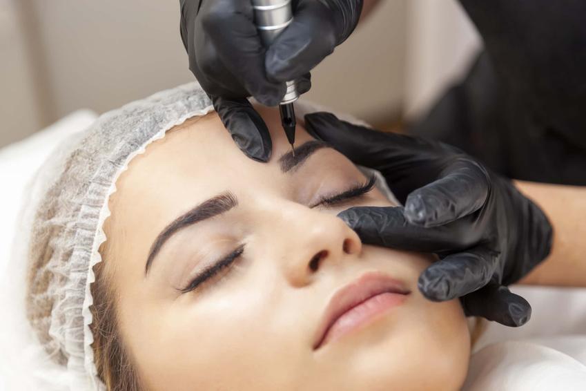 Kobieta w gabinecie wykonuje makijaż permanentny brwi, jakie są metody wykonywania makijażu permanentnego brwi
