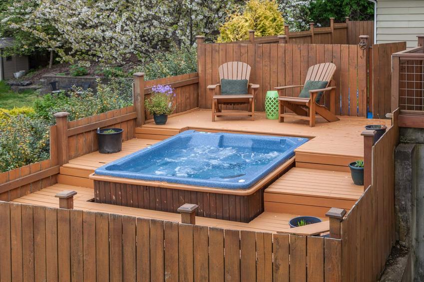Jacuzzi wykonane w drewnie, całoroczne jacuzzi ogrodowe czy sezonowe, wady i zalety posiadania jacuzzi w ogrodzie