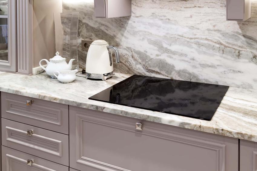 Blat kuchenny i ściany nad blatem wyłożone płytami kwarcowymi, średnie ceny kwarcu