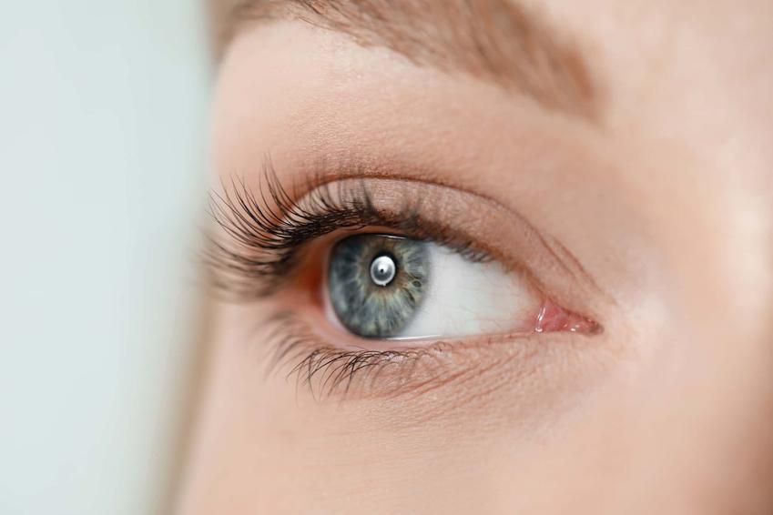 Oko kobiety z podkręconymi rzęsami, czy zaleca się laminowanie rzęs cienkich i słabych, lifting rzęs za pomocą keratyny