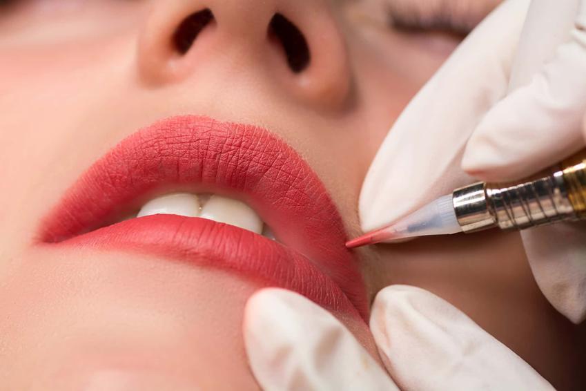 Dłonie w lateksowych rękawiczkach wykonują zabieg konturowania ust, tatuaż 3d ust, jaki specjalista wykonuje makijaż permanentny ust,  konturowanie ust bez wypełnienia i jego cena