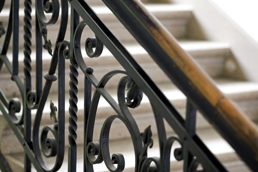 Balustrada kuta dobrze sprawdza się przy klasycznych aranżacjach i może efektownie podkreślać styl klasyczny. Jest odporna na uszkodzenia mechaniczne