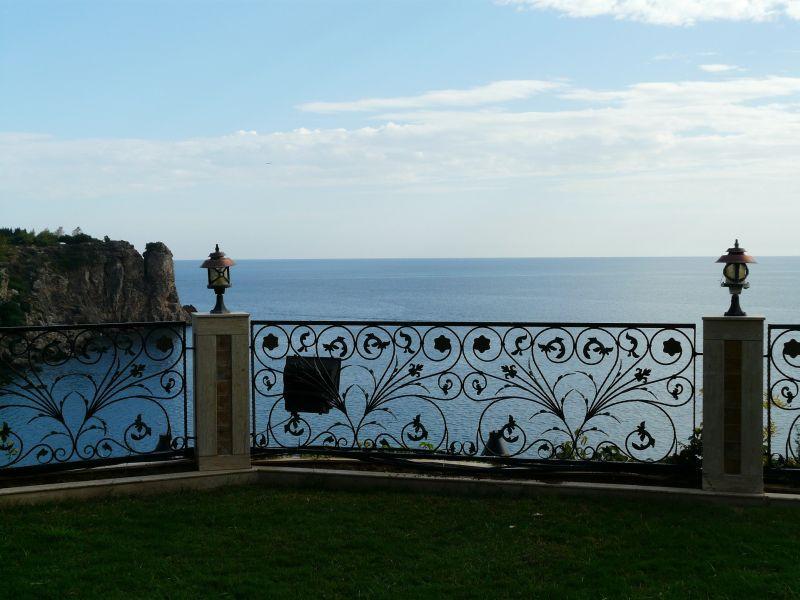 Balustrada z giętej stali na tarasie z widokiem na wodę, a także najważniejsze informacje o balustradach na schodach, blakonach i tarasach