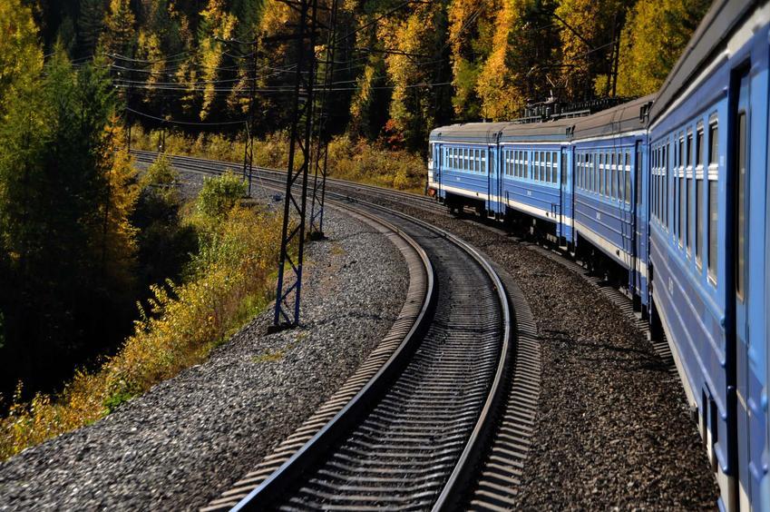 Pociąg jedzie po torach kolejowych, trasa kolei transyberyjskiej, bilety w pierwszej klesie kolei transyberyjskiej