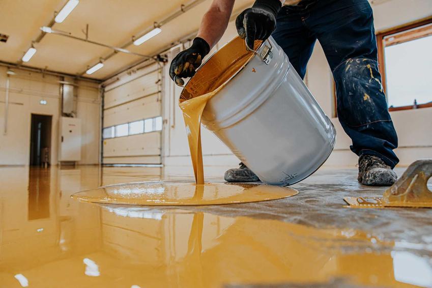 Wylewanie żywicy epoksydowej na podłogę, a także ceny żywicy epoksydowej do różnych zastosowań krok po kroku