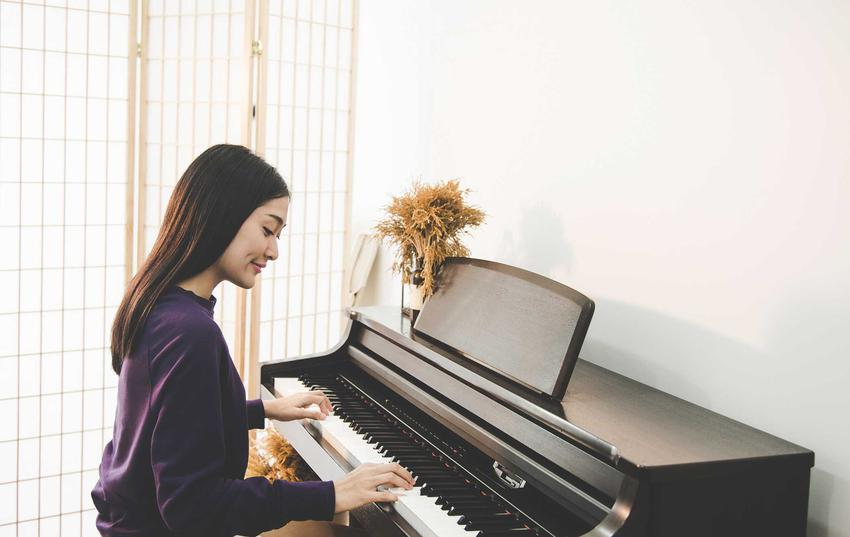 Dziewczyna grająca na pianinie, a także jakie są ceny pianina i ile kosztuje pianino u różnych producentów