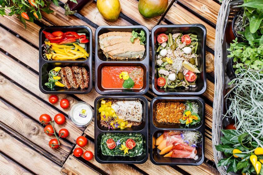 Pudełka z daniami z kateringu dietetycznego, a także ceny diety pudełkowej, czyli ile kosztuje catering na różnych kalorycznościach