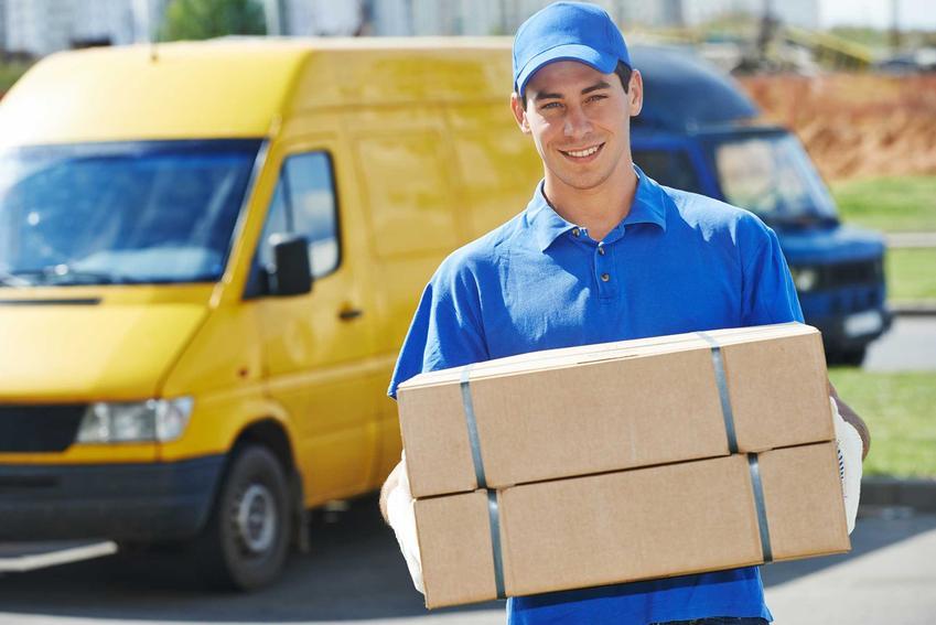 Kurier niosący paczki DHL, a także cennik DHL, czyli ile kosztują usługi kurierskie w DHL
