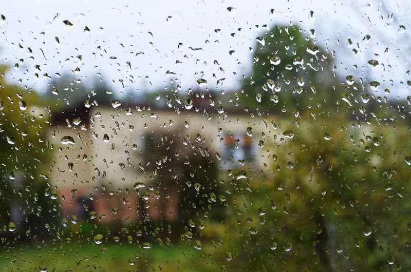 Szyby poznaczone kropelkami deszczu, a także samoczyszczące szyby, czyli co to jest, jak działają szyby samoczyszczące