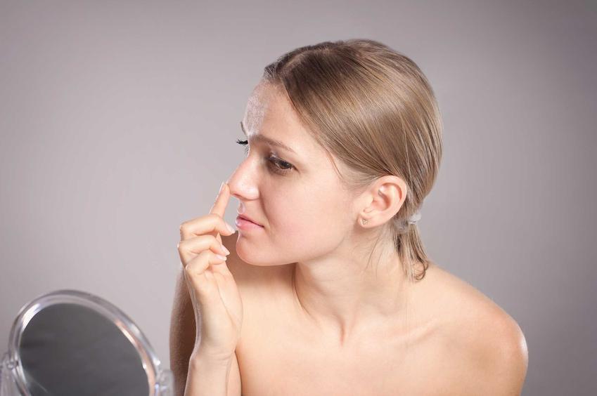 Kobieta oglądająca swój nos, a także informacje, ile kosztuje operacja nosa w prywatnej klinice