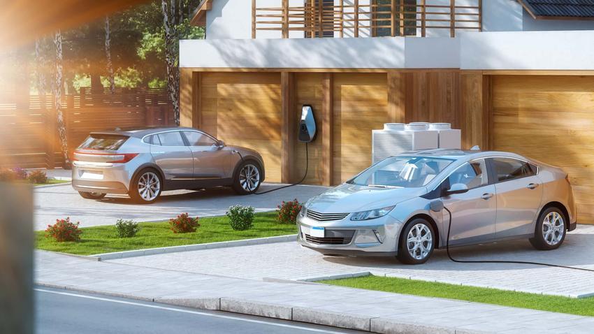 Dwa samochody elektryczne zaparkowane przed nowoczesnym domem, nowe modele samochodów elektrycznych, porównanie modeli samochodów elektrycznych