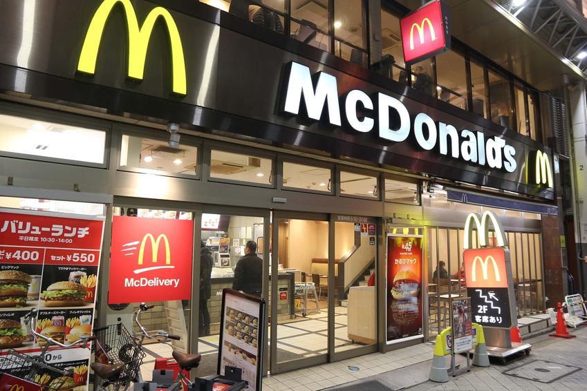 Front restauracji McDonalds, kody rabatowe do McDonalds na jesień 2021, najnowsza oferta McDonalds, czyli co można kupić w promocyjnej cenie