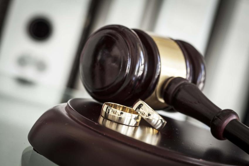 Młotek sędziowski i dwie obrączki, separacja i rozwód a sprawa sądowa, przesłanki do orzeczenia rozwodu z winy jednej ze stron