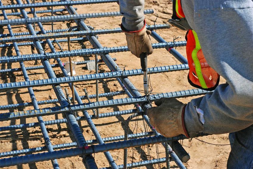 Армирование фундамента требует аккуратного соединения всех стержней, это делается вручную.  Благодаря этому армирование более надежное и прочное.