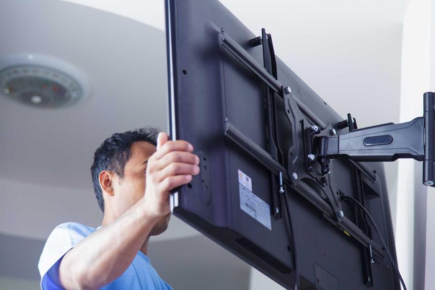Wieszanie telewizora na gotowej już ścianie w nowym domu jest możliwe i można to łatwo zrobić, chociaż zamaskowanie kabli może być niemożliwe.