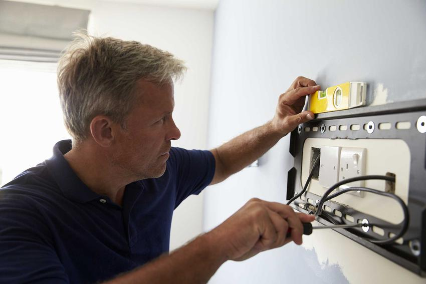 Schowanie kabli można zrobić montując w ścianie odpowiedni uchwyt, którego wlot powinien znajdować się przy samym gniazdku elektrycznym lub antenowym.