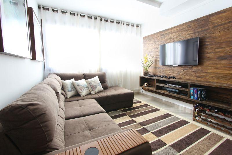 Telewizor powieszony na ścianie, a także zawieszenie telewizora, ukrycie kabli w ścianie, metody, sposoby i sprytne tricki