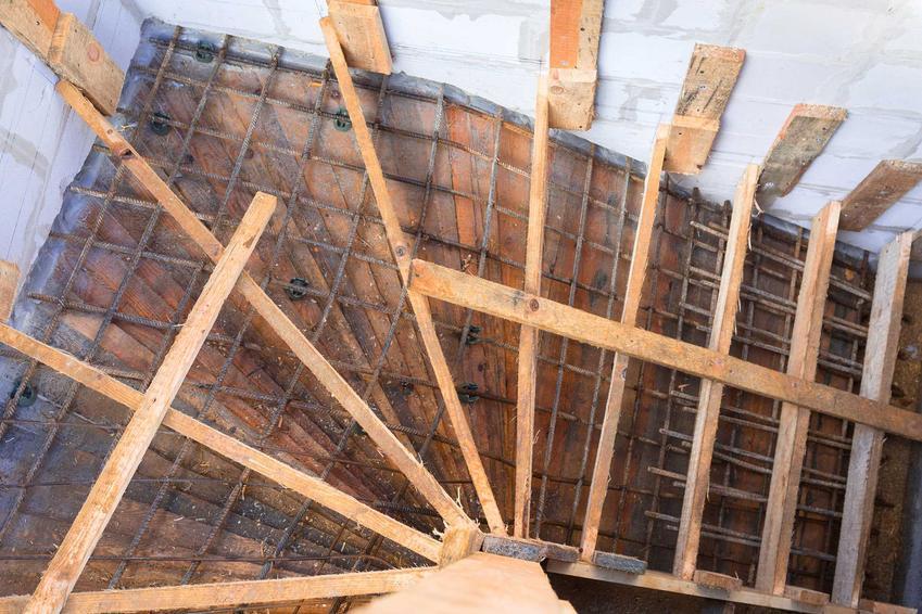 Wykonanie konstrukcji betonowej to pierwszy krok do zbudowania schodów wewnętrznych. Samo zrobienie konstrukcji schodów może być dość kosztowne.