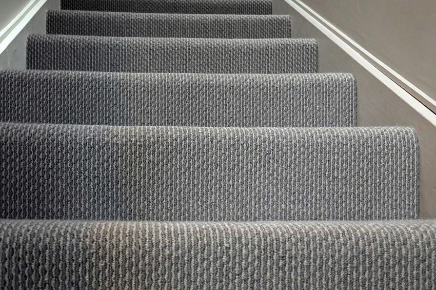Schody obłożone wykładziną to naprostsze i najtańsze rozwiązanie. Wykładziny dywanowe na schody powinny być bardziej elastycze i mieć specjalne oznaczenia