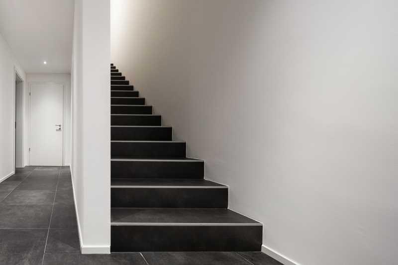 Koszt wykończenia schodów nie musi być wysoki. Cena schodów drewnianych jest najwyższa, ale schody kamienne też sporo kosztują.