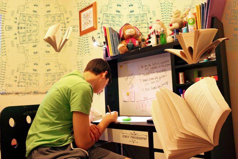 Student budownictwa uczący się przy biurku, a także informacje, co można robić po ukończeniu wydziału budownictwa na polskich politechnikach