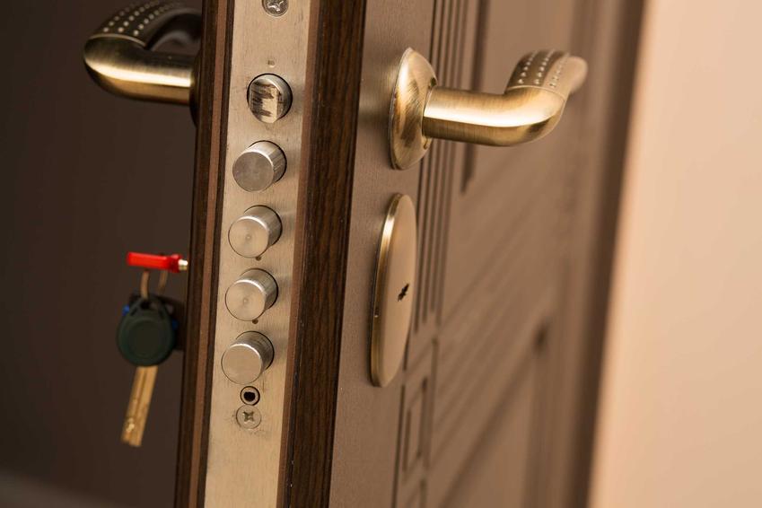 Drzwi antywłamaniowe, a także informacje, jak zabezpieczyć dom przed włamaniem oraz sposoby na zabezpieczenie domu