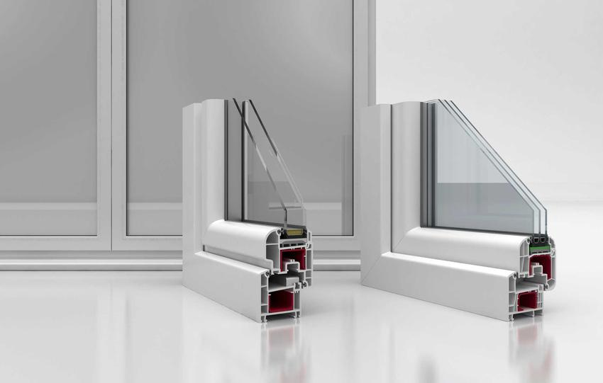 Okno dwuszybowe i okno trzyszybowe w przekroju w ramie na białym podłożuna tle okna wprawionego w ścianę