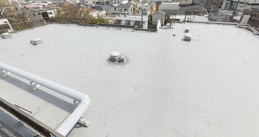 Ocieplanie dachu płaskiego to najlepszy sposób na zmniejszenie kosztów ogrzewania. Dach płaski można łatwo ocieplić.